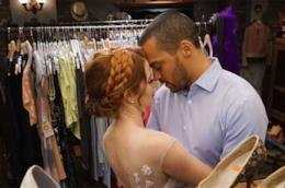 Jackson e April mentre scelgono il vestito da sposa per il matrimonio
