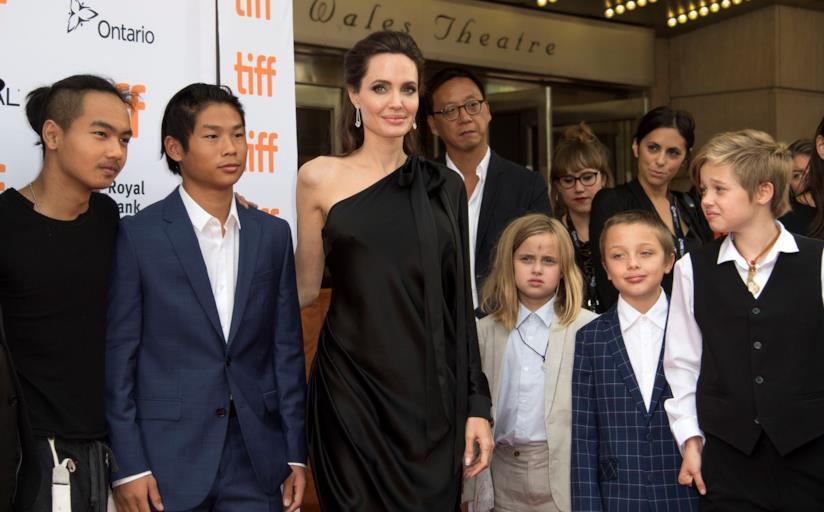 L'attrice Angelina Jolie in compagnia dei figli