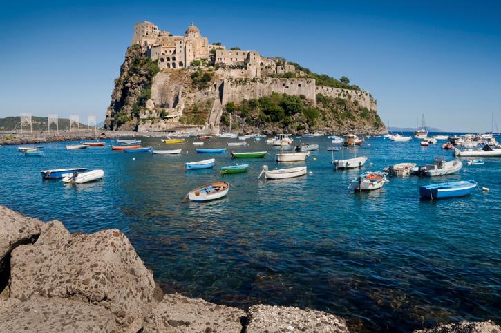 Il complesso del Castello Aragonese visto in lontananza
