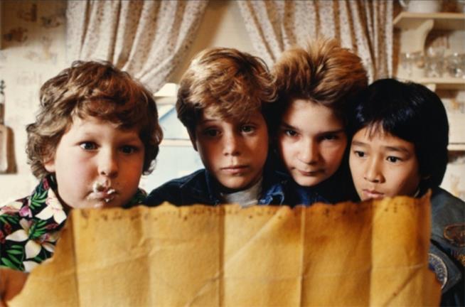 Una immagine del giovane cast di I Goonies