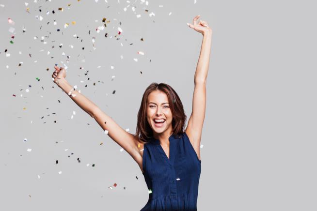 Una ragazza festeggia felice