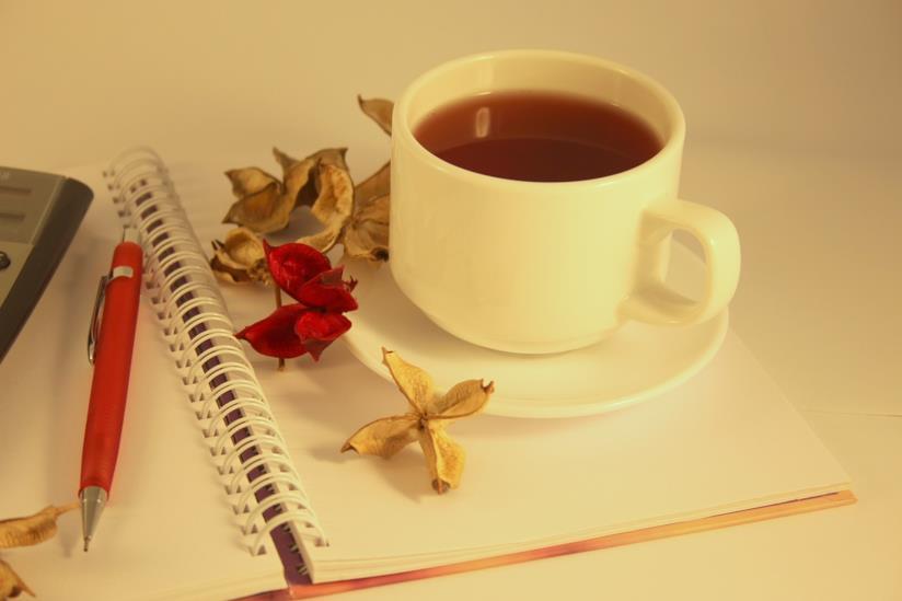 Una tazza con una tisana rilassante.