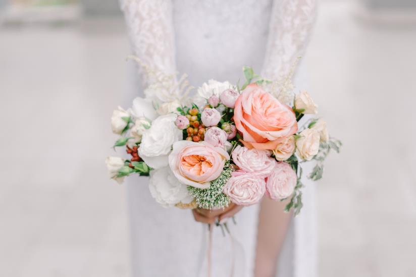 Bouquet di fiori rosa per sposa