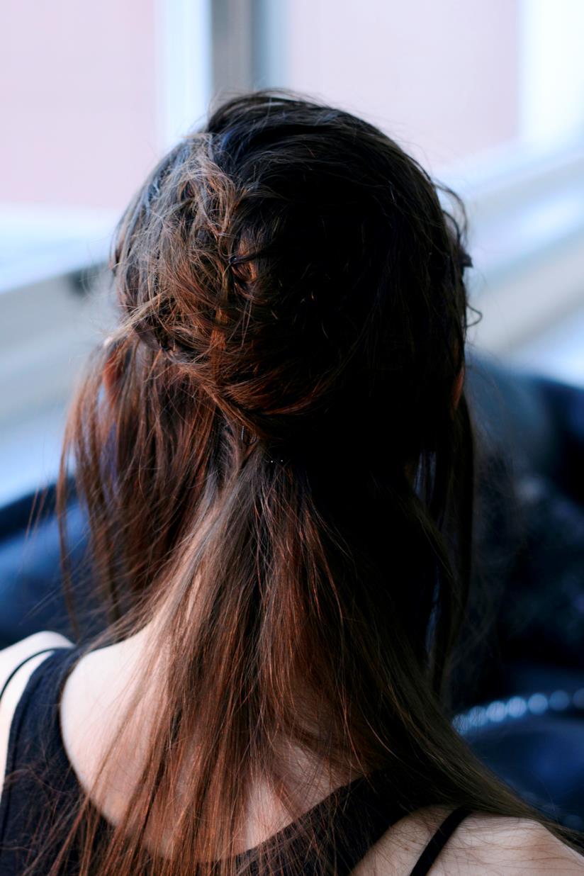 Ragazza con capelli castani e raccolti