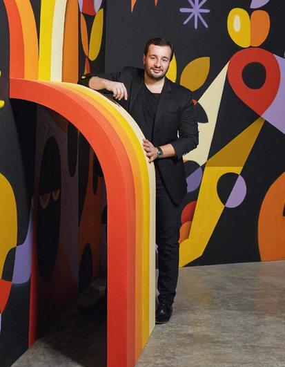 Manuel Arnaut in una stanza di pannelli colorati