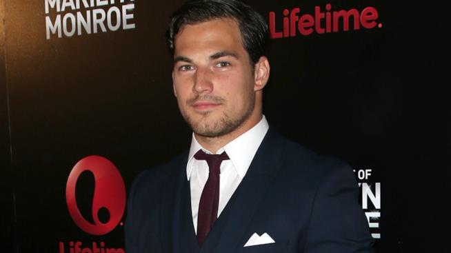 Giacomo Gianniotti sul red carpet in giacca e cravatta
