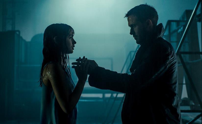 Una scena di Blade Runner 2049 con Joi e K