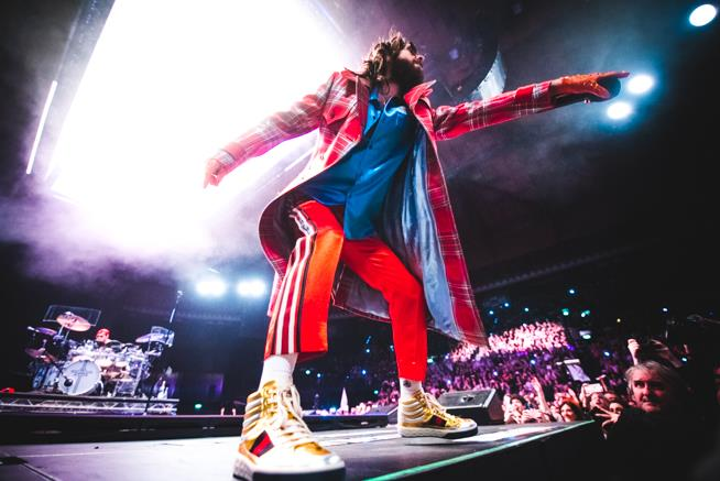 Jared Leto incita i fan dal palco