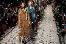 Modelle sfilano alla London Fashion Week