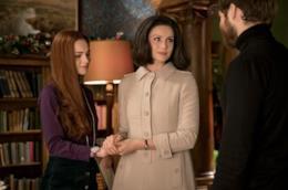 Claire stringe le mani di Brianna mentre parla con Roger