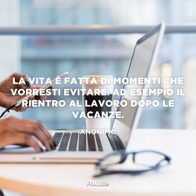 Uomo lavora al computer