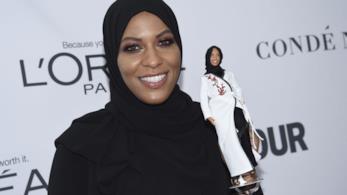 Ibtihaj Muhammad con la Barbie con il velo a lei ispirata