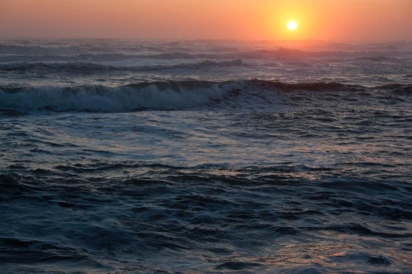 Mare illuminato dalla luce del tramonto