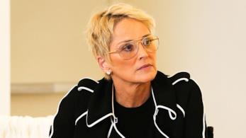 Sharon Stone con occhiali e abito nero