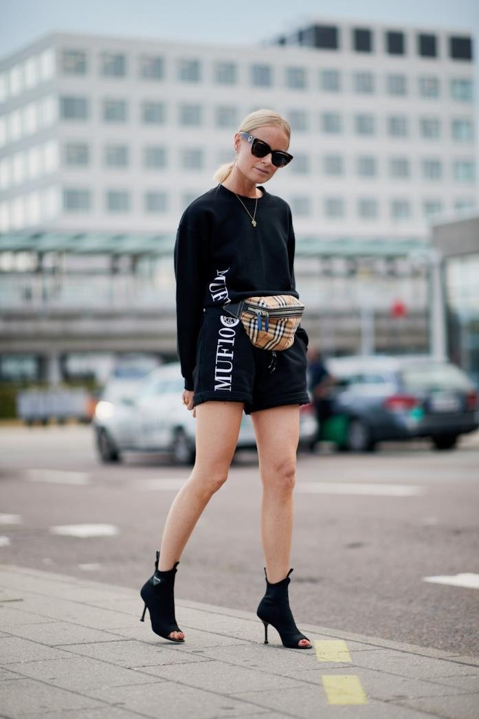 Outfit completo nero con sandalo e belt bag