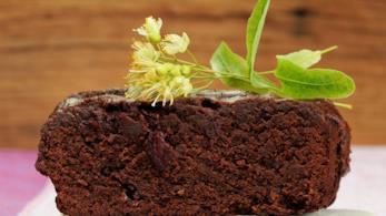 Torta profumata con infuso di fiori di tiglio fatto in casa