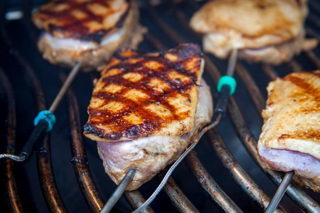 Controllo della temperatura della carne sul barbecue a gas