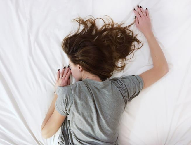 Ragazza stesa al letto