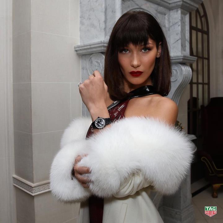 Abito rosso e pelliccia per Bella Hadid al party TAG Heuer