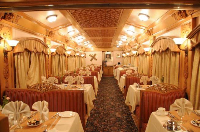 Interno di un vagone del treno Deccan Odyssey in India