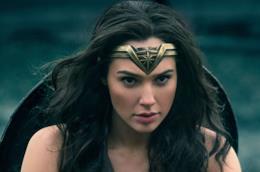 Wonder Woman in primo piano con il diadema e lo scudo in spalla