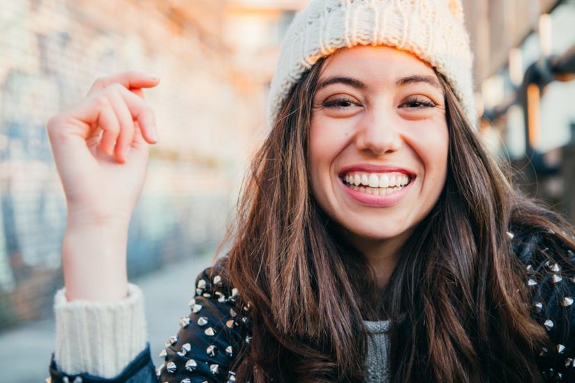 Primo piano di una ragazza sorridente