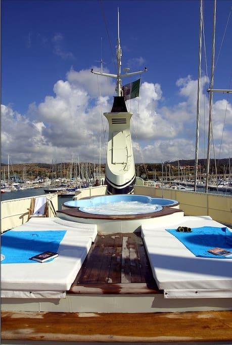L'esterno dello yacht Mistral ormeggiato ad Arbatax.