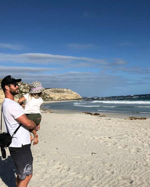 Chris Hemsworth sulla spiaggia con la figlia