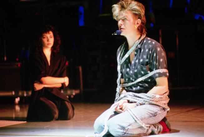 Una performance toccante di David Bowie che canta legato sul palco