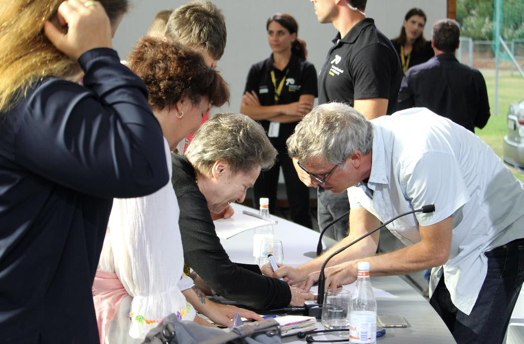 Todd Haynes firma un autografo a una signora a Locarno 70