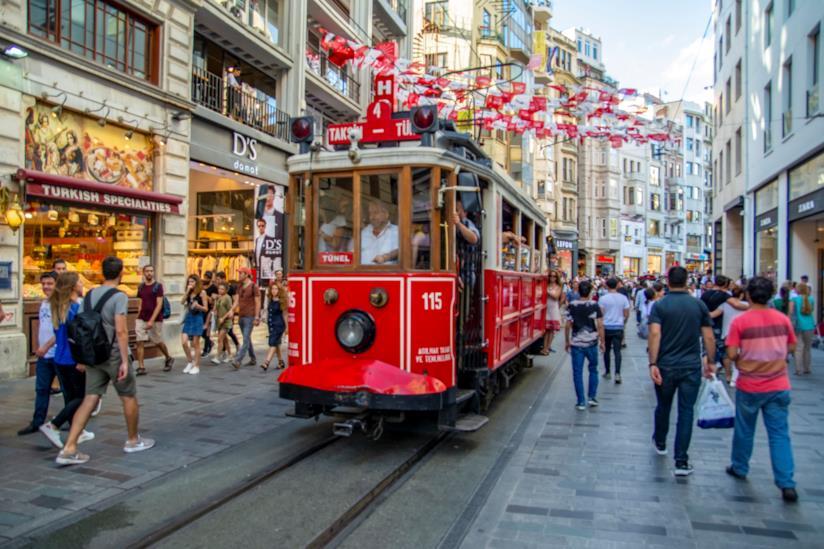 Lungo la via dello shopping: İstiklal Caddesi