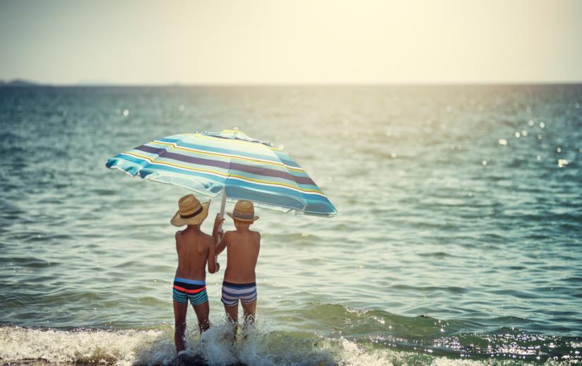 Bambini con ombrellone