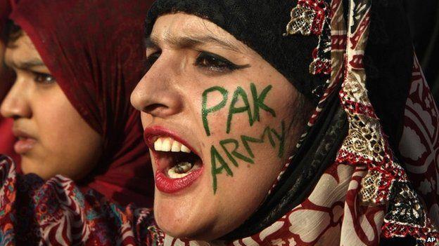 Due donne pakistane a sostegno del proprio esercito