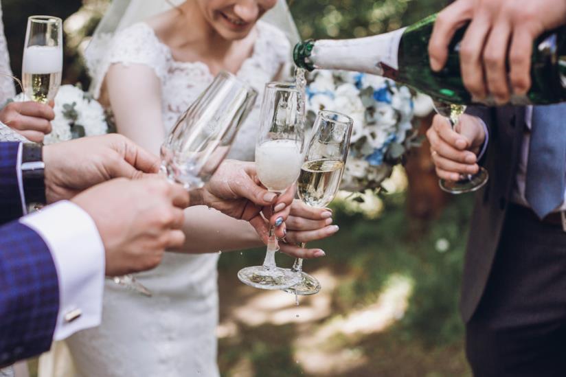Gruppo di invitati a un matrimonio che brindano