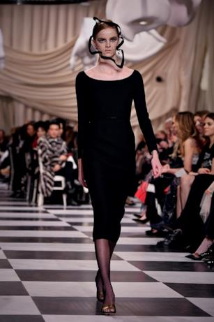 Abito lungo nero e compatto alla Dior Haute Couture 2018