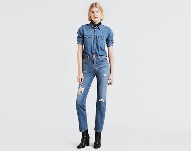 Ragazza che indossa un paio di jeans Levi's 501