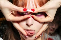 Nail art bianca e rossa su unghie a mandorla