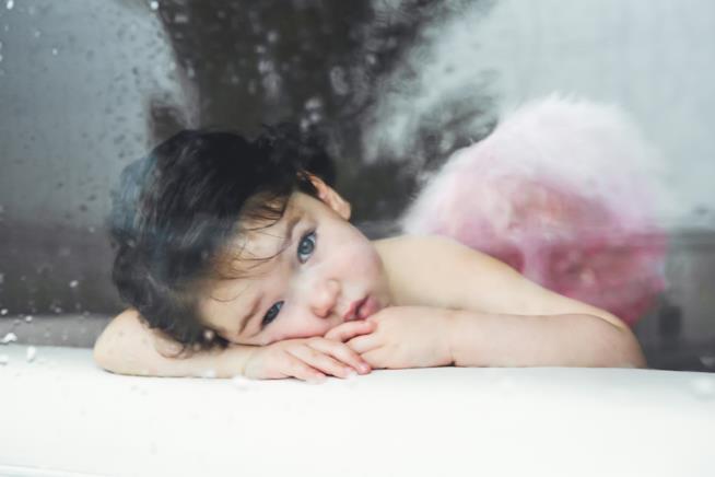 Bambina vestita da angelo custode