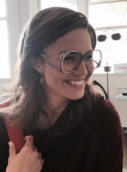 Mandy Moore in primo piano con gli occhiali