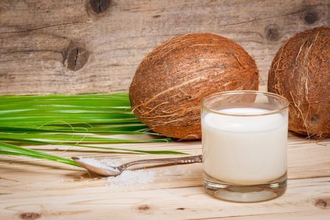 Bicchiere con il latte di cocco
