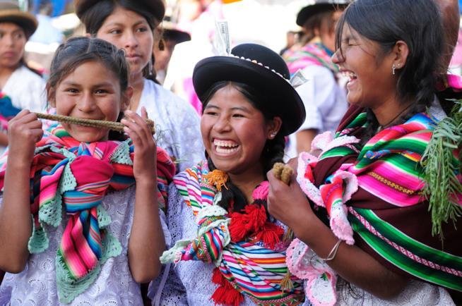 Sorridenti ragazze boliviane con abiti tipici