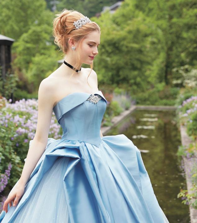 La modella con l'abito azzurro di Cenerentola