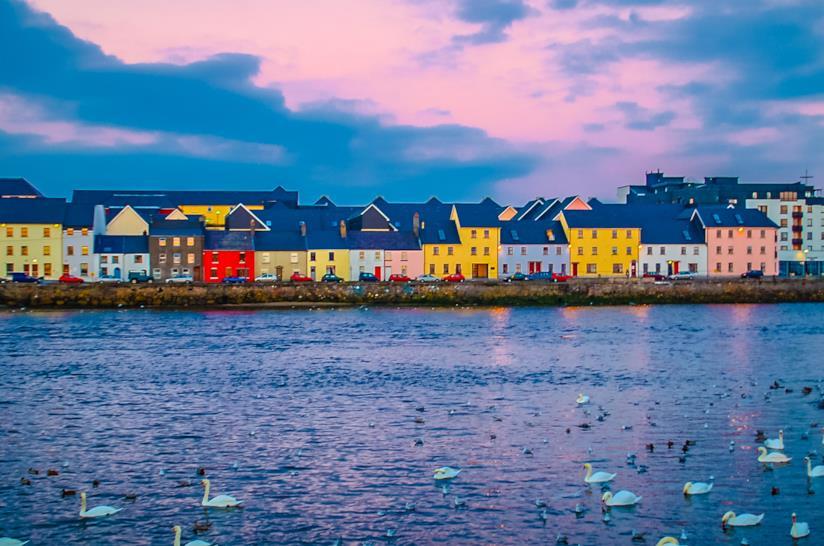 La baia di Galway, con le sue tipiche case colorate