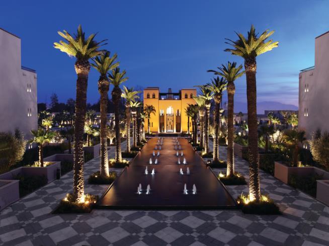 L'ingresso dell'hotel in una suggestiva foto notturna