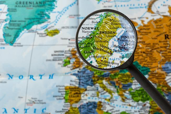 Una cartina dell'Europa e l'inquadratura con una lente a contatto sulla Norvegia e Svezia