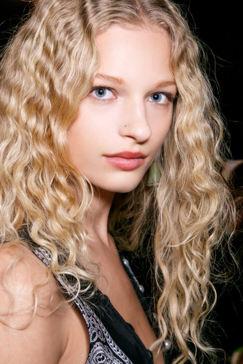 Modella capelli ricci biondi