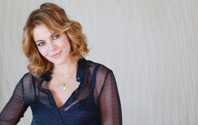 Claudia Gerini conduce Amore e Altri Rimedi su FoxLife