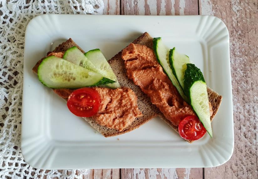 fette di pane con salsa e verdure