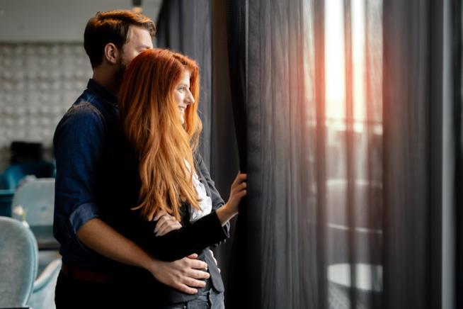 Giovane coppia alla finestra