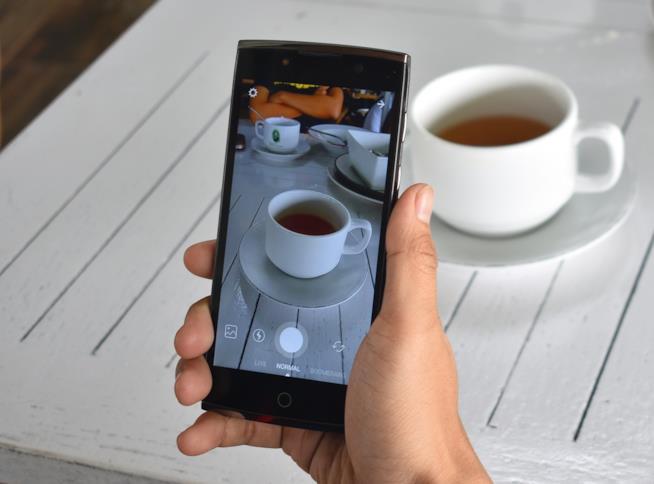 Una mano che tiene uno smartphone con accesso Instagram.